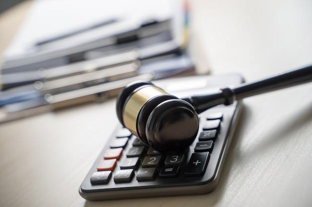 Juez martillo y documentos de informes de negocios, documentos importantes.