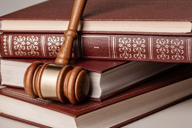 Juez martillo y libro legal de cerca en la mesa