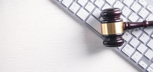 Juez martillo con teclado de computadora. concepto de delito en internet