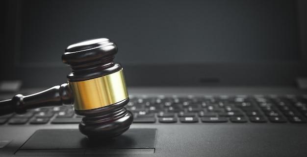 Juez martillo en el teclado de la computadora portátil. crimen de internet