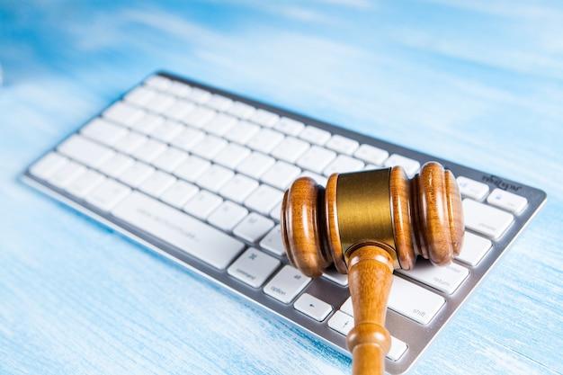 Juez martillo y teclado. concepto de ciberdelincuencia