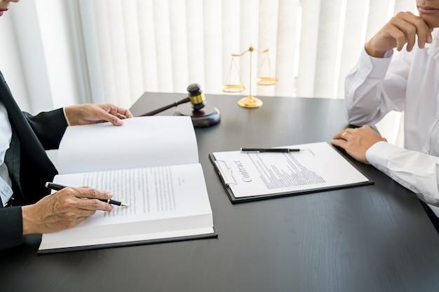 Juez mazo con abogados de justicia que tienen una reunión de equipo en el fondo del bufete de abogados. conceptos de derecho y servicios jurídicos.