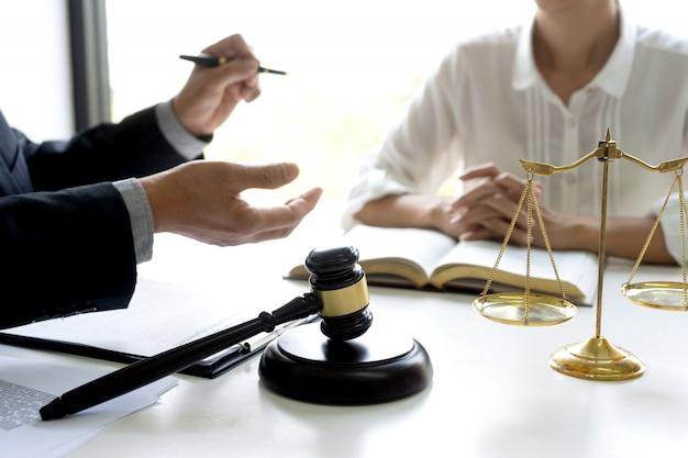 Juez o abogado hablando con un cliente.