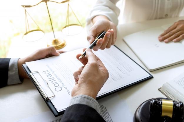 Juez o abogado hablando con equipo o cliente.