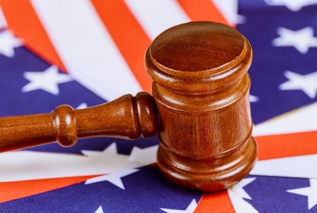 Juez de la oficina de legislación martillo con la bandera de los estados unidos