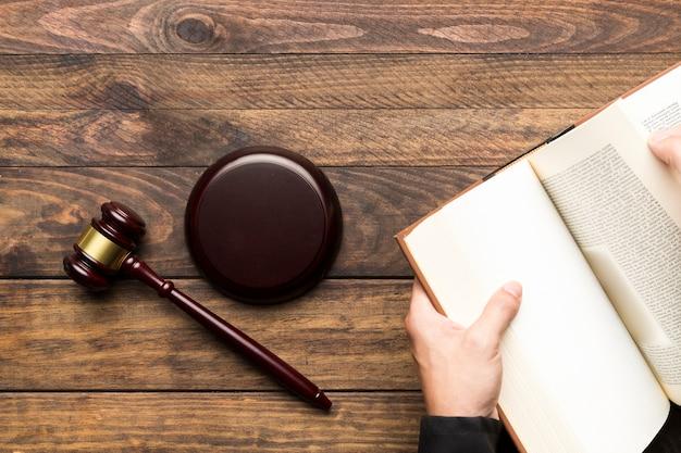 Juez plano acostado sosteniendo un libro