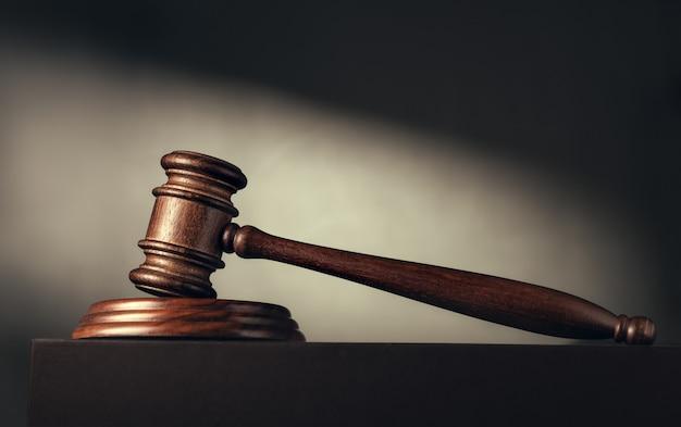 Juez (subasta) martillo en el de un haz de luz