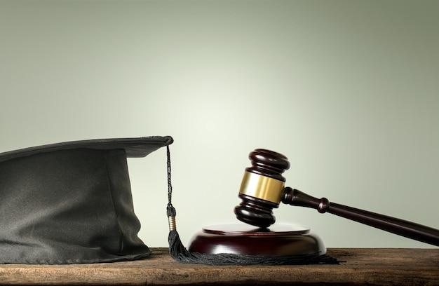 Juez wood hammer con felicitaciones graduados derecho sujetos concepto.