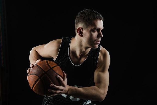 Jugador de baloncesto agarrando la pelota con las dos manos