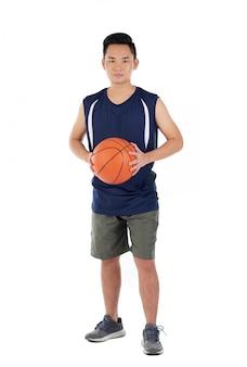 Jugador de baloncesto asiático en ropa deportiva de pie contra el fondo blanco.