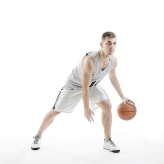Jugador de baloncesto concentrado