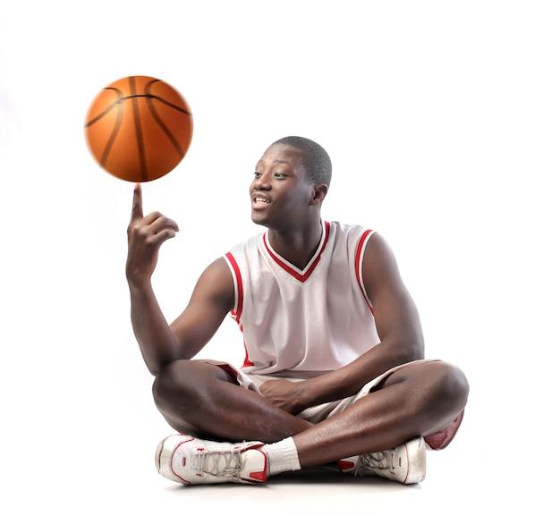 Jugador de baloncesto jugando con una pelota
