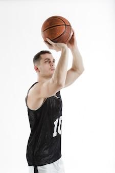 Jugador de baloncesto lanzando la pelota