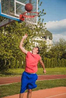 Jugador de baloncesto marcando