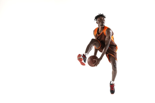 Jugador de baloncesto masculino afroamericano en movimiento y acción aislado en blanco