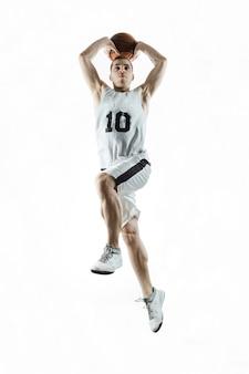Jugador de baloncesto profesional sobre fondo blanco