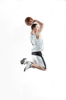 Jugador de baloncesto saltando con la pelota sobre fondo blanco