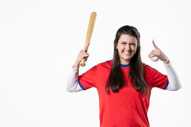 Jugador de béisbol femenino de vista frontal con bate y pelota