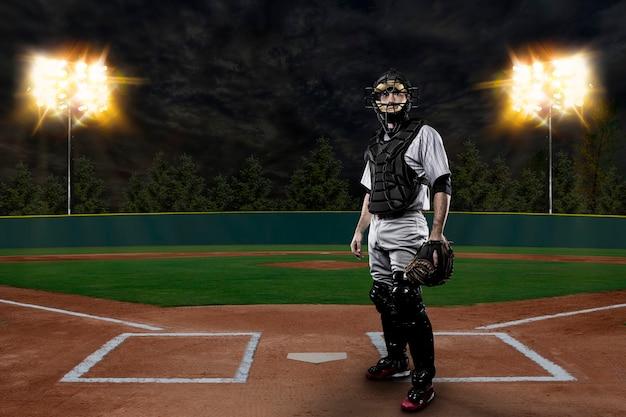 Jugador de béisbol del receptor en un estadio de béisbol.