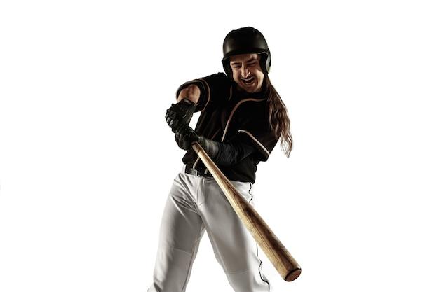Jugador de béisbol en un uniforme negro practicando y entrenando aislado sobre un fondo blanco.