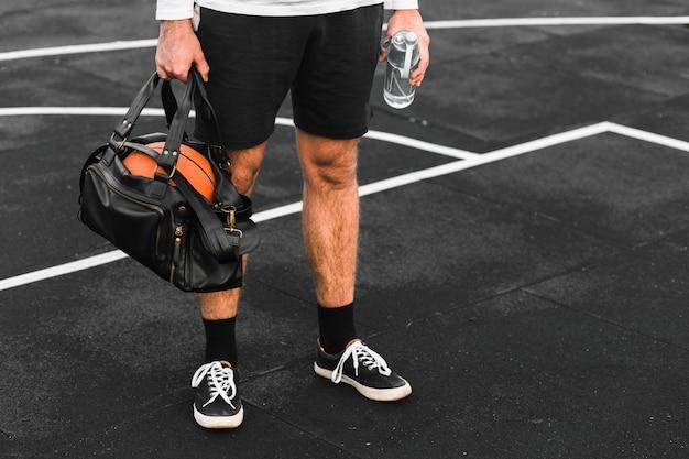 Jugador con bolsa de deporte