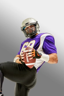 Jugador de fútbol americano en acción con balón