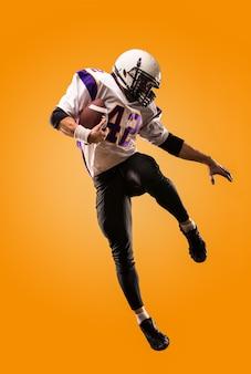 Jugador de fútbol americano en acción. salto de altura del jugador de fútbol americano