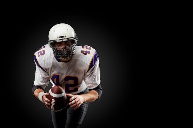 Jugador de fútbol americano deportista en negro. deporte.