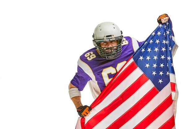 Jugador de fútbol americano con uniforme y bandera estadounidense orgulloso de su país, sobre un blanco