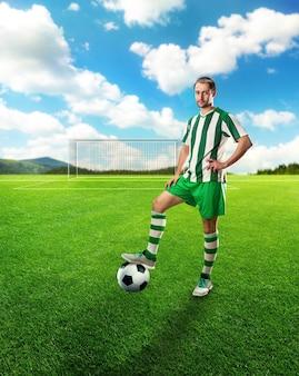 Jugador de fútbol con el balón en el campo de fútbol