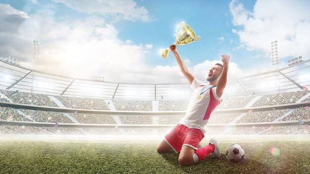 El jugador de fútbol celebra ganar.