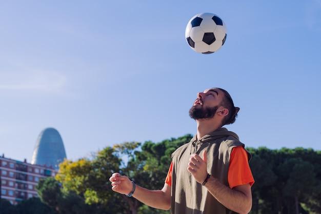 Jugador de fútbol dando golpes de cabeza a la pelota