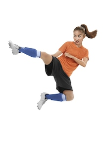 Jugador de fútbol femenino asiático patear pelota