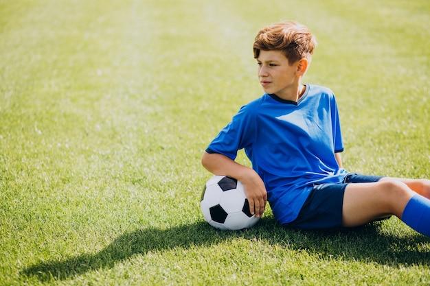 Jugador de fútbol jugando en el campo