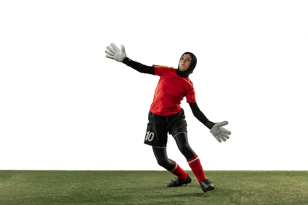 Jugador de fútbol o fútbol femenino árabe, portero sobre fondo blanco de estudio.