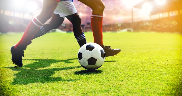 Jugador de fútbol o fútbol de pie con la bola en el campo para patear el balón de fútbol
