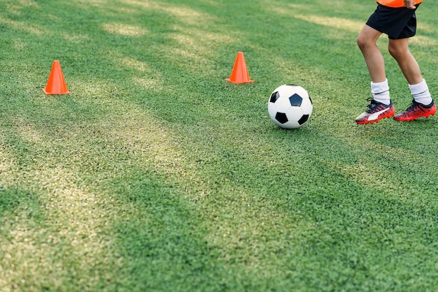 Jugador de fútbol pateando la pelota en el campo.