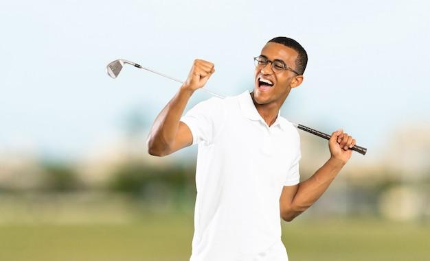 Jugador de golf afroamericano hombre al aire libre