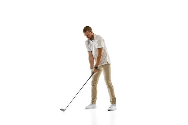 Jugador de golf con una camisa blanca tomando un swing aislado en una pared blanca con copyspace. jugador profesional que practica con emociones brillantes y expresión facial. concepto de deporte.