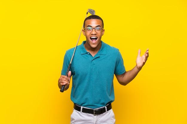 Jugador de golfista afroamericano hombre con expresión facial sorprendida