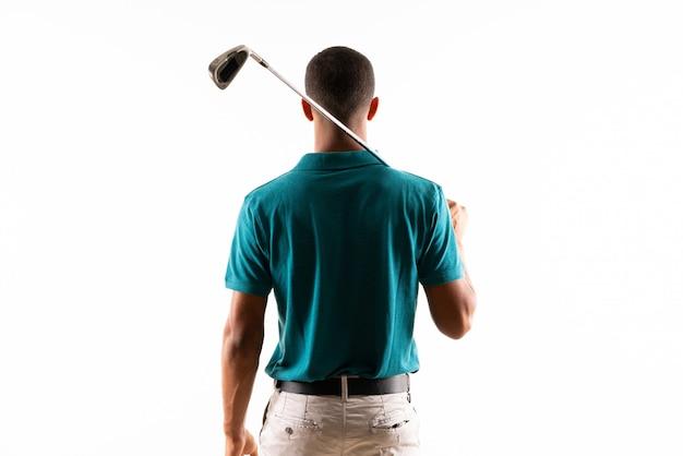 Jugador de golfista afroamericano hombre sobre pared blanca aislada