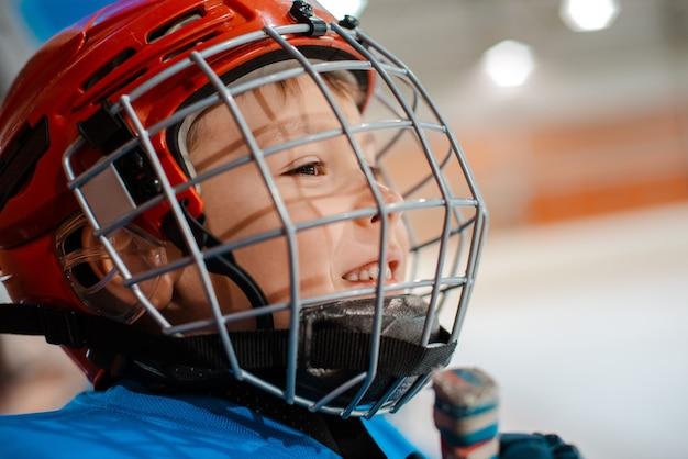 Jugador de hockey infantil de seis años en casco