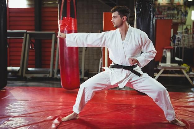 Jugador de karate realizando postura de karate