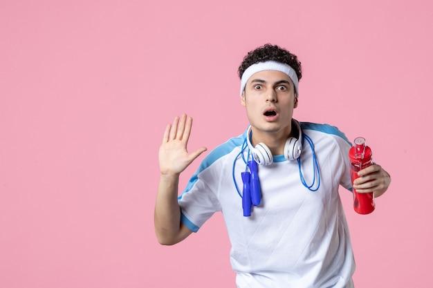 Jugador masculino de vista frontal en ropa deportiva con agua