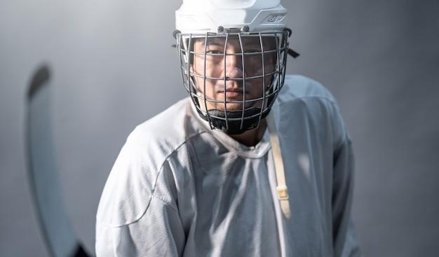Jugador profesional de hockey sobre hielo sentirse enojado