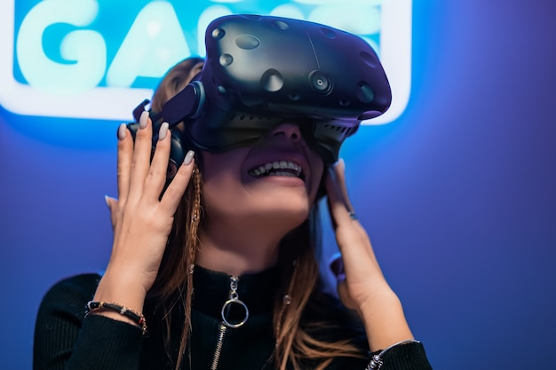 El jugador se sorprende durante el juego de realidad virtual. juego de letreros de neón.