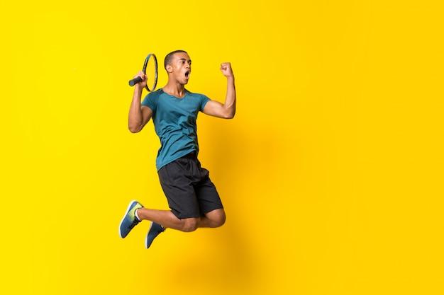 Jugador de tenis afroamericano hombre