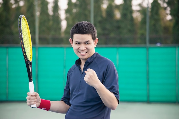 Jugador de tenis expresa su victoria en el juego.