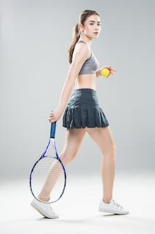 Jugador de tenis femenino bastante atlético aislado.