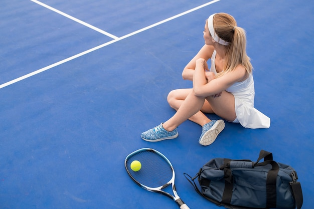 Jugador de tenis femenino descansando